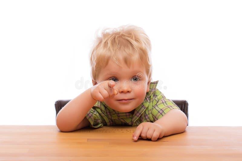 Kleines Kind, das Finger auf jemand zeigt lizenzfreies stockfoto