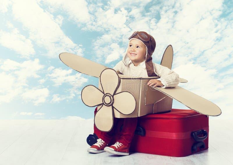 Kleines Kind, das Flugzeug-Piloten, Kinderreisend-Fliegen in Avia spielt stockfoto