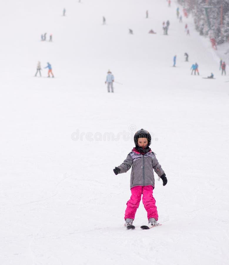 Kleines Kind, das lernt Ski zu fahren stockbild