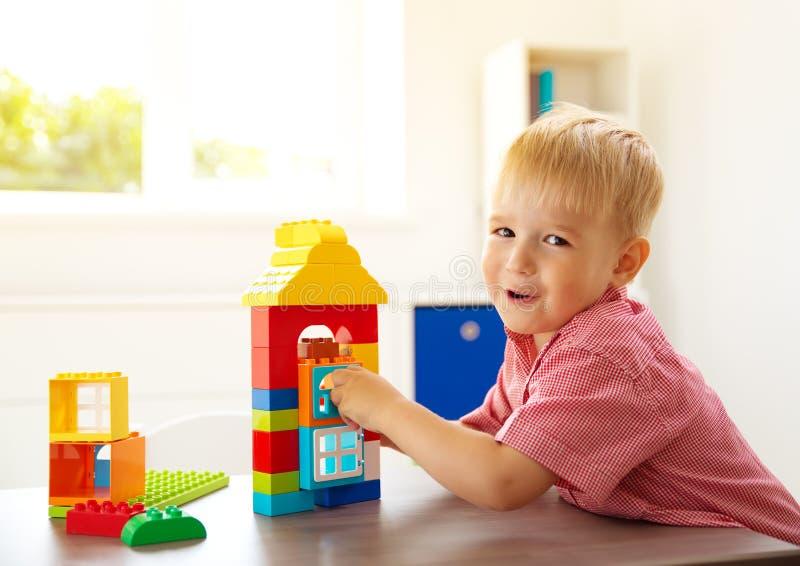 Kleines Kind, das mit Blöcken spielt lizenzfreies stockfoto