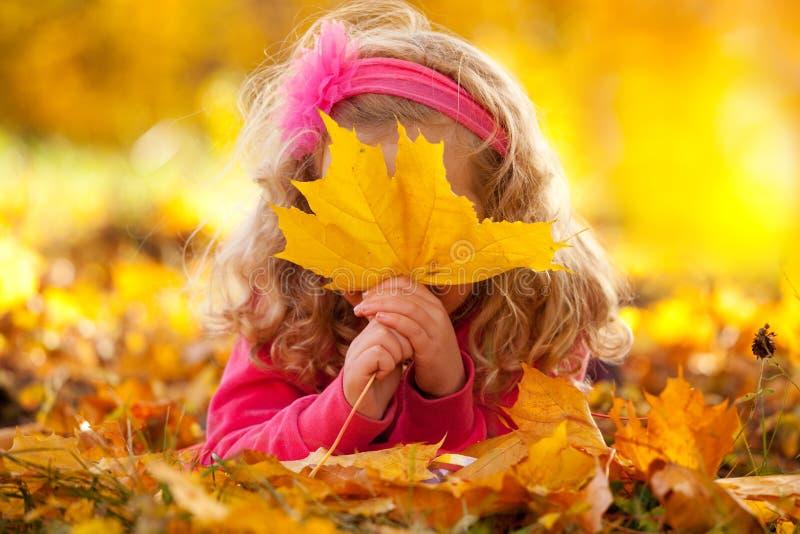 Kleines Kind draußen stockfoto