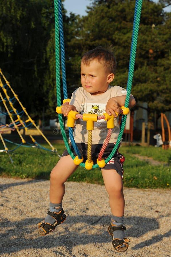 Kleines Kind im Seilschwingen stockbilder