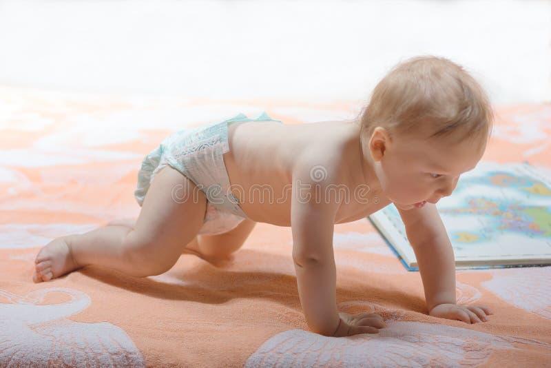 Kleines Kind mit Buch lizenzfreies stockfoto