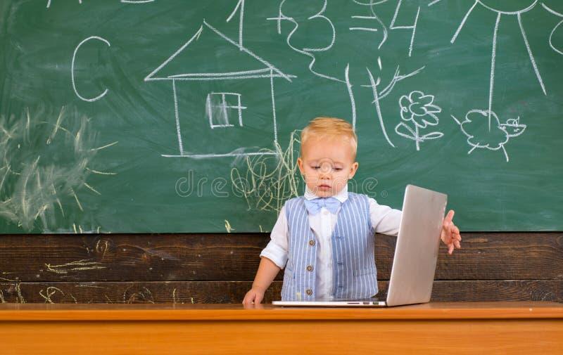 Kleines Kind mit Laptop-Computer Gebrauchsinnovationstechnologie in der Bildung Bevollmächtigt durch Innovation stockfoto