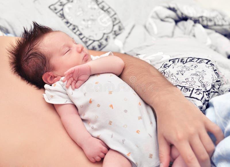 Kleines Kind schläft auf seinem Vater stockbilder