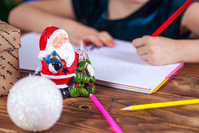 Kleines Kind schreibt den Brief zu Sankt stockfotos