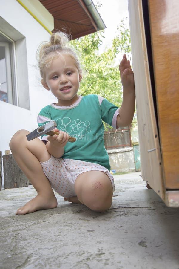 Kleines Kind und Hammer lizenzfreies stockbild