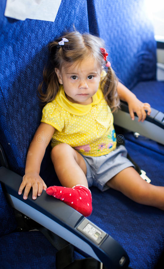 Kleines Kindermädchen in einem Flugzeug lizenzfreies stockbild