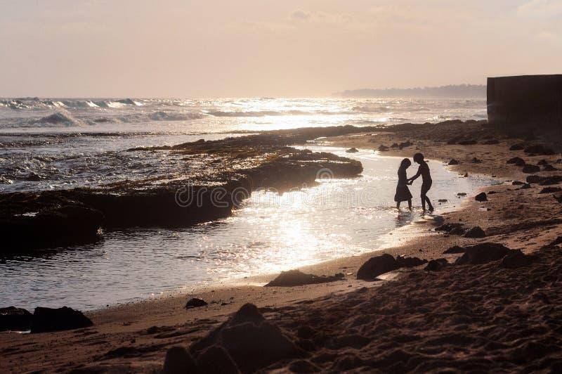 Kleines Kinderspiel in der Ozeanküste lizenzfreies stockbild