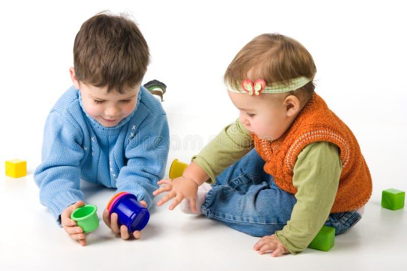 Kleines Kindspiel mit Blöcken lizenzfreies stockbild