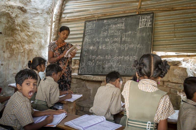 Kleines Klassenzimmer im ländlichen Gebiet von Hampi lizenzfreie stockbilder