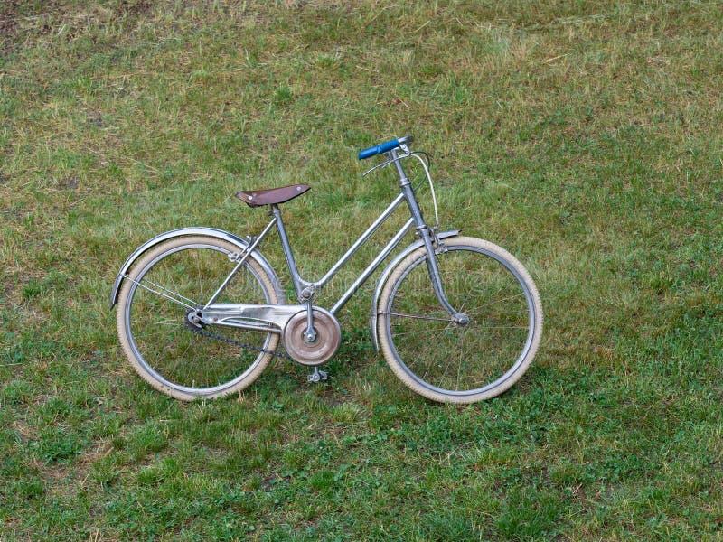 Kleines klassisches Frauen ` s Fahrrad für Kind lizenzfreies stockbild