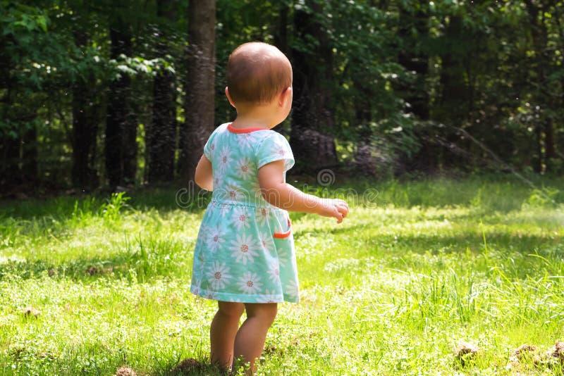 Kleines Kleinkindmädchen, das draußen spielt lizenzfreie stockfotografie