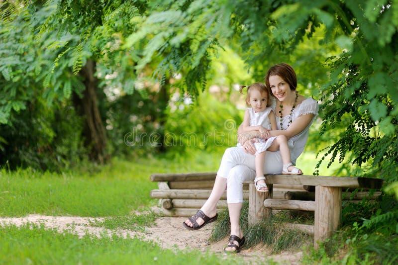 Kleines Kleinkindmädchen und ihre Mutter stockbilder