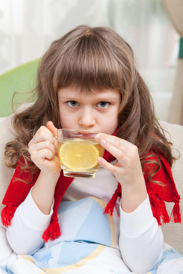 Kleines krankes Mädchen im Bett nimmt Medizin lizenzfreies stockfoto
