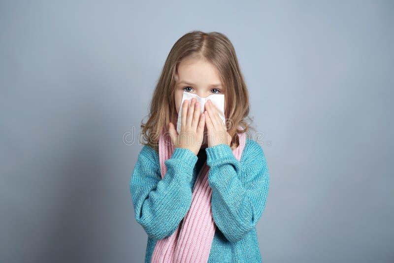 Kleines krankes Mädchen mit Serviette lizenzfreies stockbild