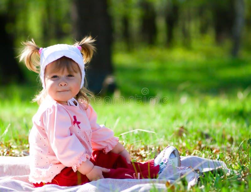 Kleines lächelndes kleines Mädchen am Sommerwald lizenzfreies stockfoto