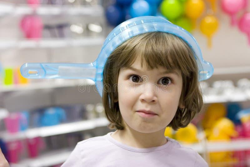 Kleines lächelndes lustiges Mädchen stockfoto