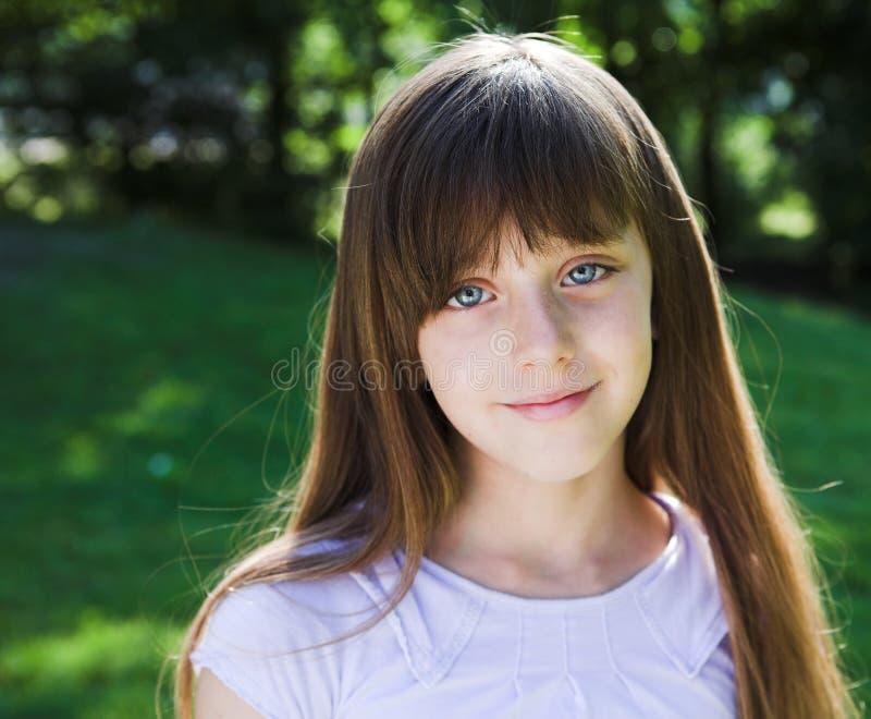 Kleines lächelndes Mädchen lizenzfreie stockfotografie
