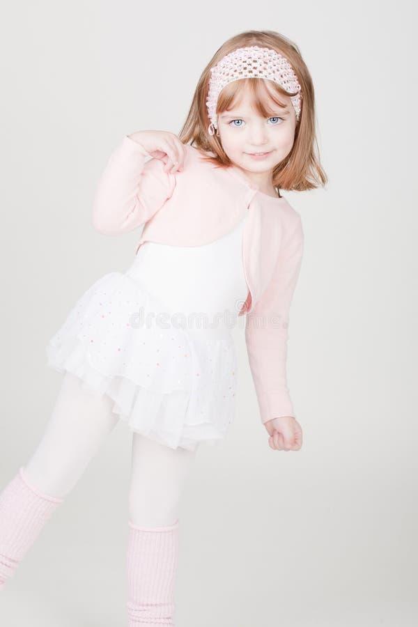 Kleines lächelndes Mädchen im Ballerinakostüm stockfoto