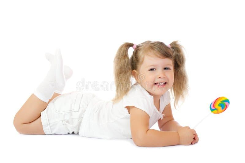 Kleines lächelndes Mädchen mit Lutscher stockfotografie
