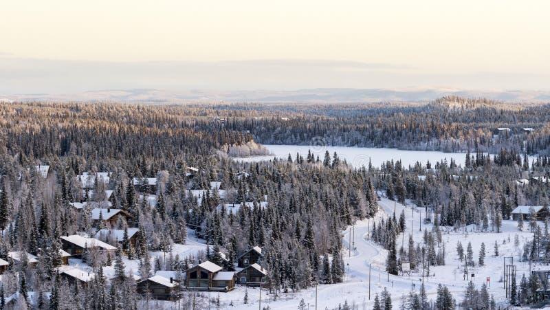 Kleines Lappland-Dorf, schöne Winteransicht in Finnland, Ruka stockfotos
