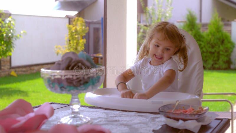 Kleines Mädchen genießen Sommer und das Mittagessen draußen lizenzfreies stockbild