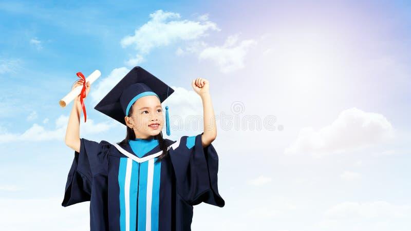 Kleines Mädchen-Absolvent lizenzfreies stockbild