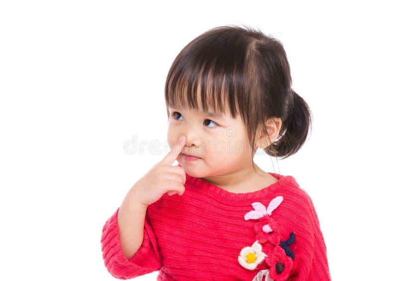 Kleines Mädchen Asiens berühren ihre Nase stockfotografie