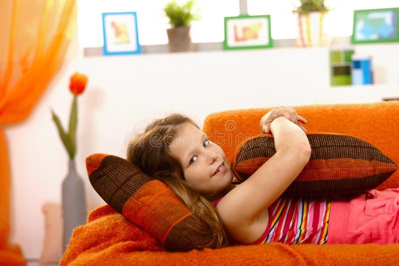 Kleines Mädchen auf Couch lizenzfreies stockbild