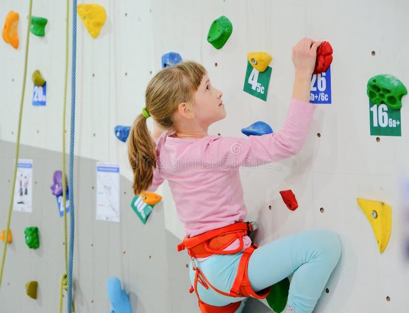 Kleines Mädchen auf dem Kletterwand lizenzfreie stockfotografie