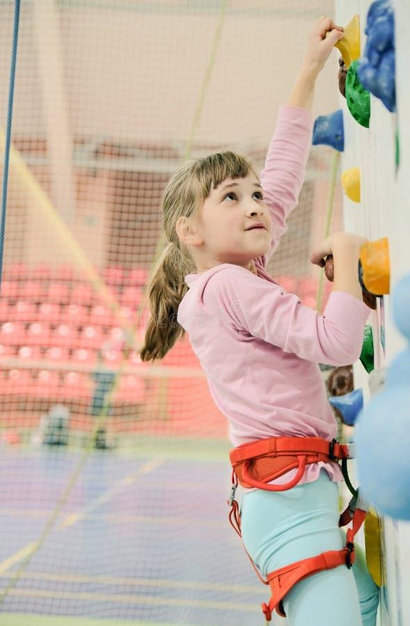 Kleines Mädchen auf dem Kletterwand lizenzfreies stockfoto