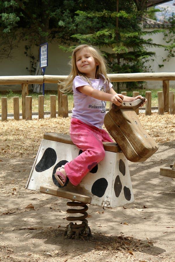Kleines Mädchen auf dem Pferd stockfotografie