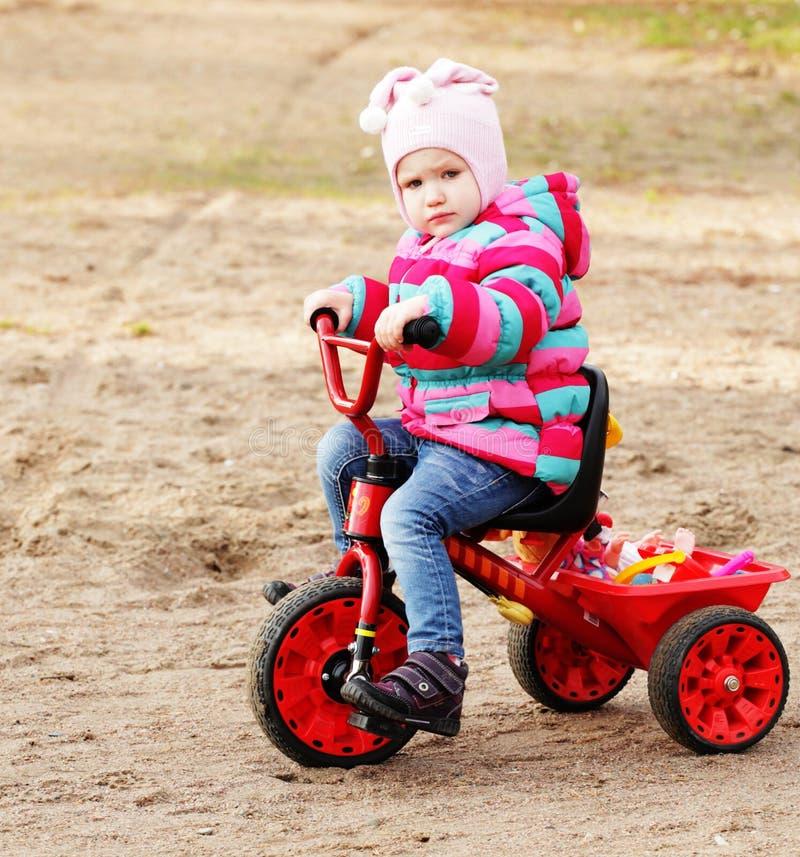 Kleines Mädchen auf einem Fahrrad stockfoto
