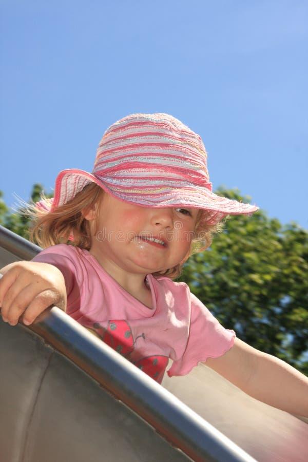 Kleines Mädchen auf einem Plättchen lizenzfreies stockfoto