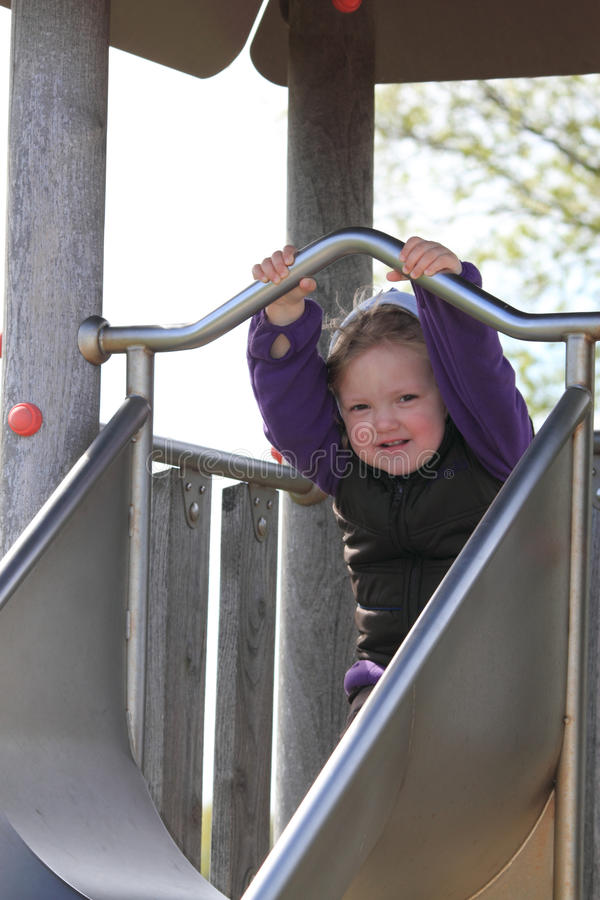 Kleines Mädchen auf einem Plättchen stockfotos