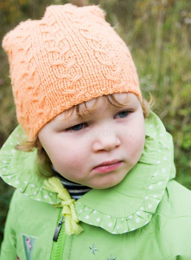 Kleines Mädchen auf einem Weg lizenzfreies stockfoto