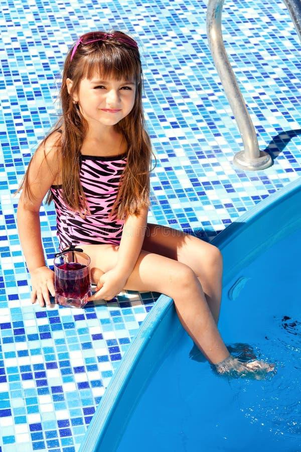 Kleines Mädchen auf einer rosafarbenen Matratze lizenzfreie stockbilder