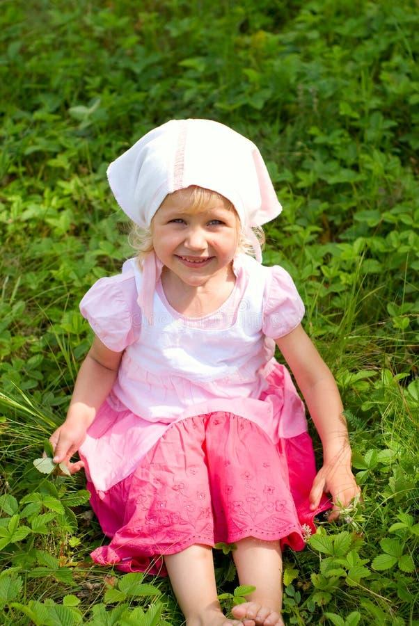 Kleines Mädchen auf einer Sommerwiese stockfotos