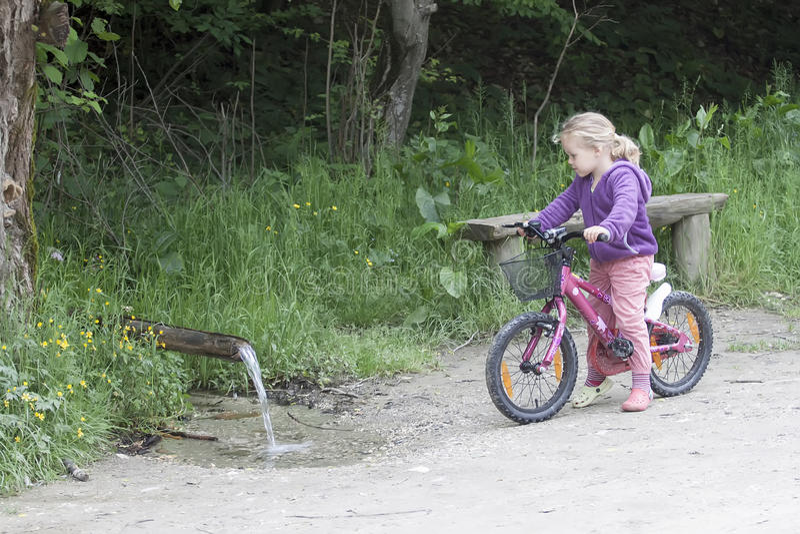 Kleines Mädchen auf Fahrrad lizenzfreie stockbilder