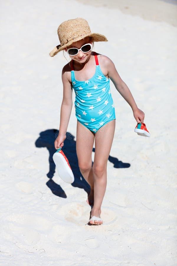 Kleines Mädchen auf Ferien lizenzfreie stockfotos