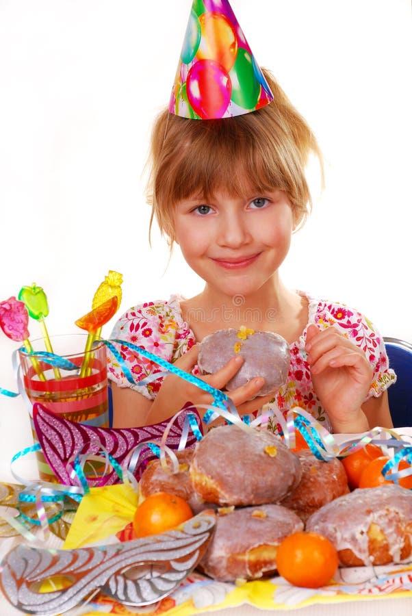 Kleines Mädchen auf Geburtstagsfeier stockfoto