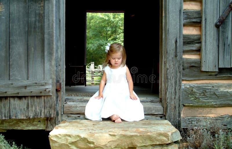 Kleines Mädchen auf Jobstepps der Kabine lizenzfreies stockfoto