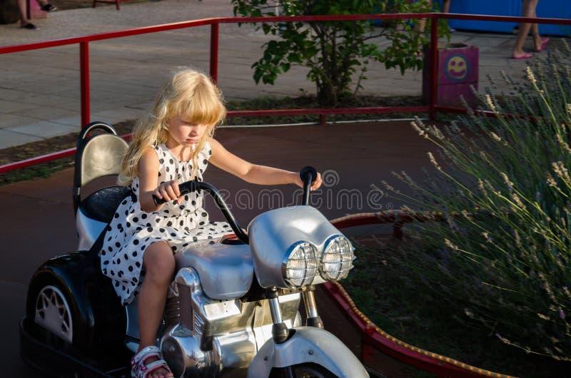 Kleines Mädchen auf Motorrad lizenzfreie stockbilder
