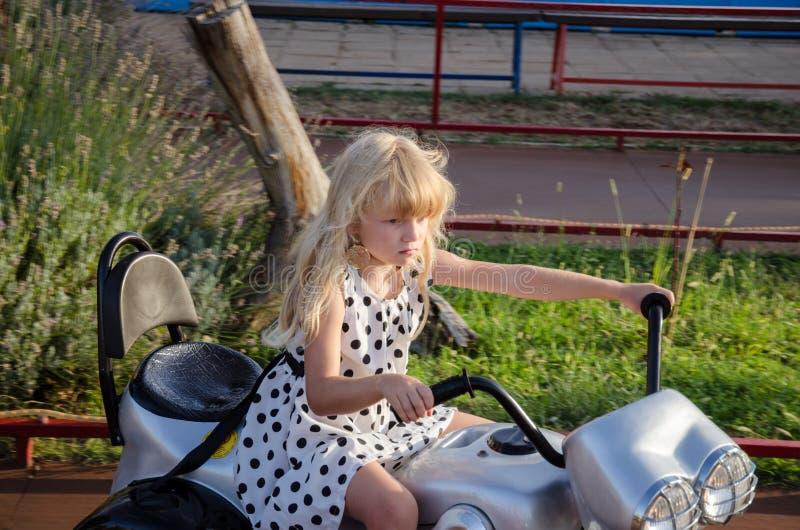 Kleines Mädchen auf Motorrad lizenzfreie stockfotos