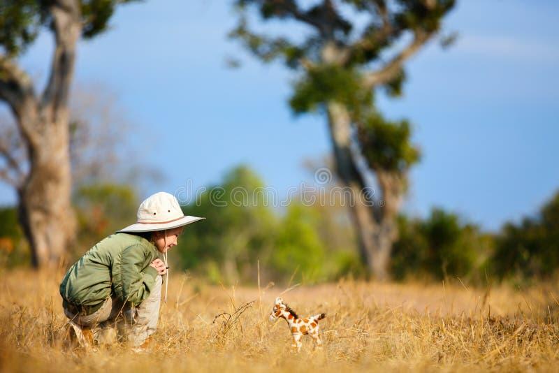 Kleines Mädchen auf Safari stockfotografie