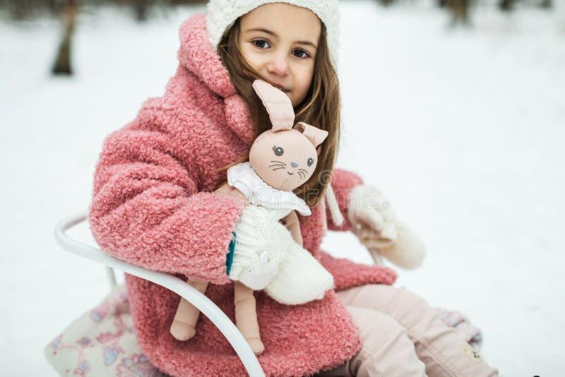 Kleines Mädchen auf Schlitten im Wald lizenzfreie stockbilder