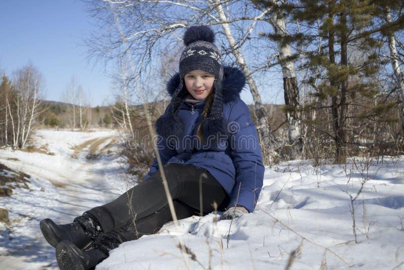 Kleines Mädchen auf Schnee, Wintertag stockfotos