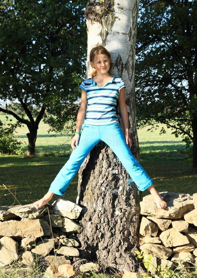 Kleines Mädchen auf Steinwand stockfoto