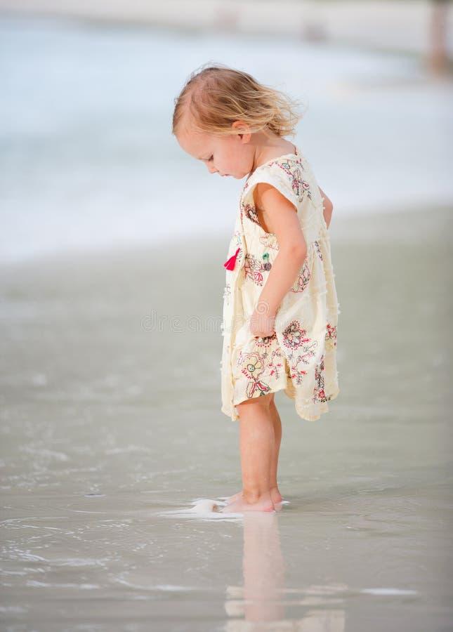 Kleines Mädchen auf tropischem Strand stockbilder